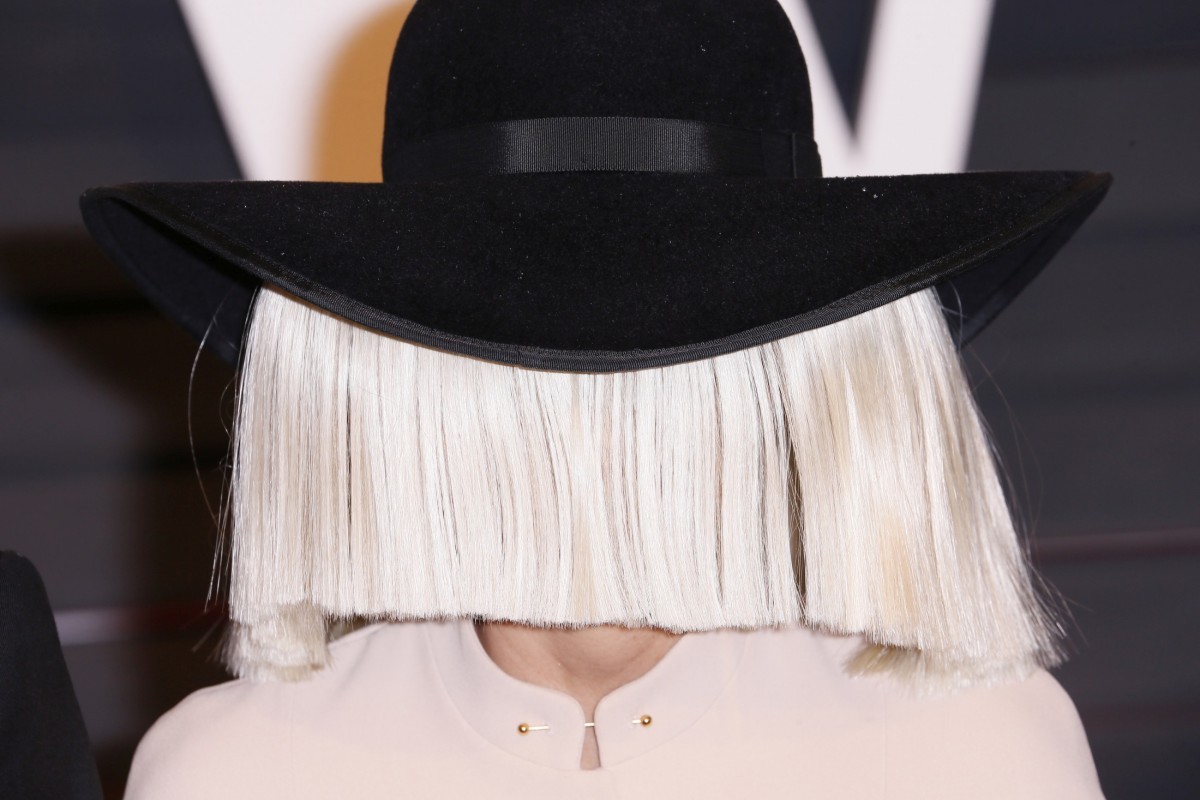 Cantareata Sia a dezvaluit de ce poarta mereu peruca