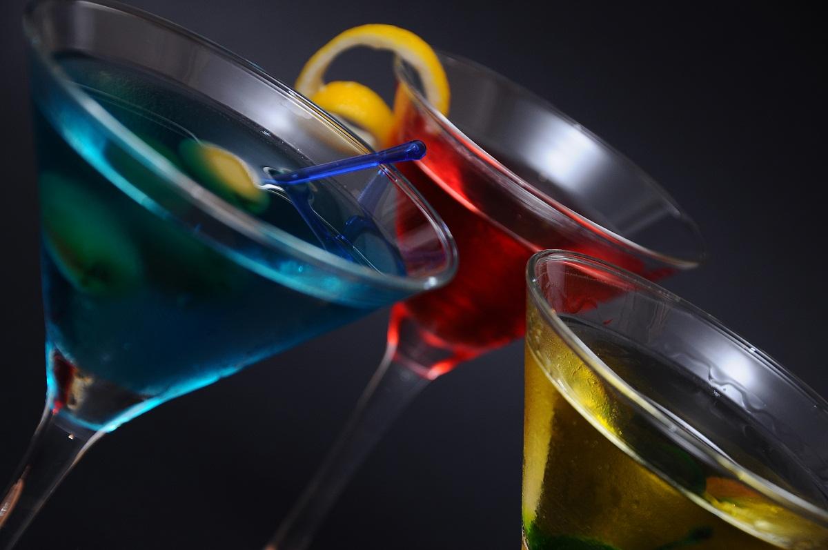 Iata cateva retete de cocktail, care te vor ajuta sa prepari cele mai tari bauturi. Afla cum se face un Bloody Mary, o Margarita sau o Caipirinha!