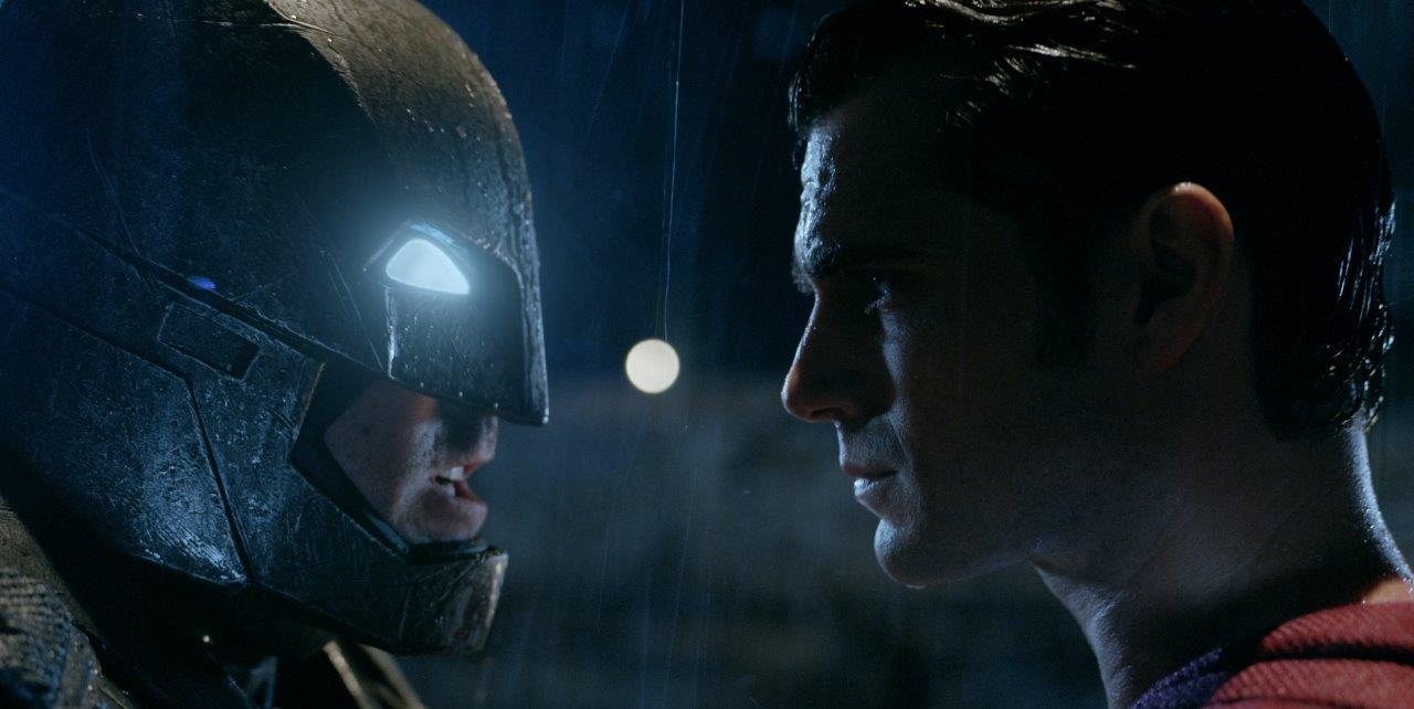 """Pentru al doilea weekend consecutiv ,, Batman vs. Superman: Zorii Dreptăţii"""" îşi menţine poziţia de lider în box office-ul românesc."""