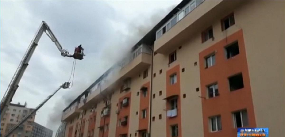 Un incendiu puternic a izbucnit miercuri, 9 martie, la un bloc de pe bulevardul 1 Decembrie din Bucuresti. Cinci persoane au fost ranite.