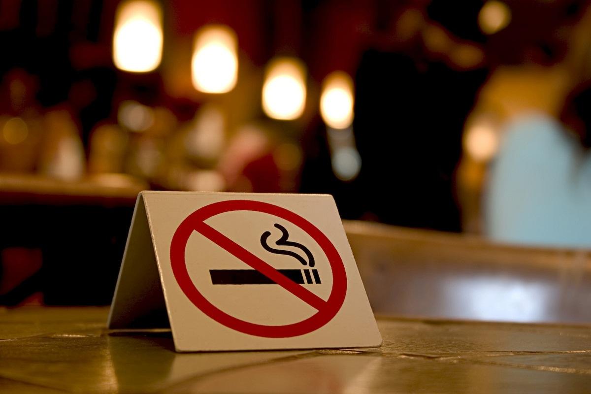 Legea antifumat a intrat in vigoare joi, 17 martie. Patronii cluburilor si cafenelelor se numara printre cei mai nemultumiti de noile prevederi legale.