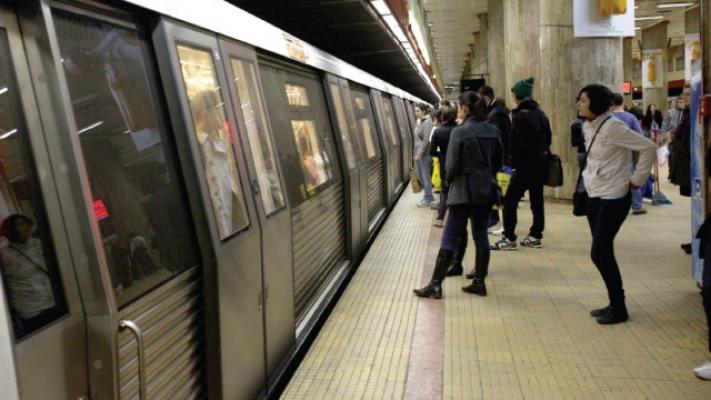 Un barbat s-a aruncat in fata metroului la statia de metrou Constantin Brancoveanu din Bucuresti, joi dimineata.