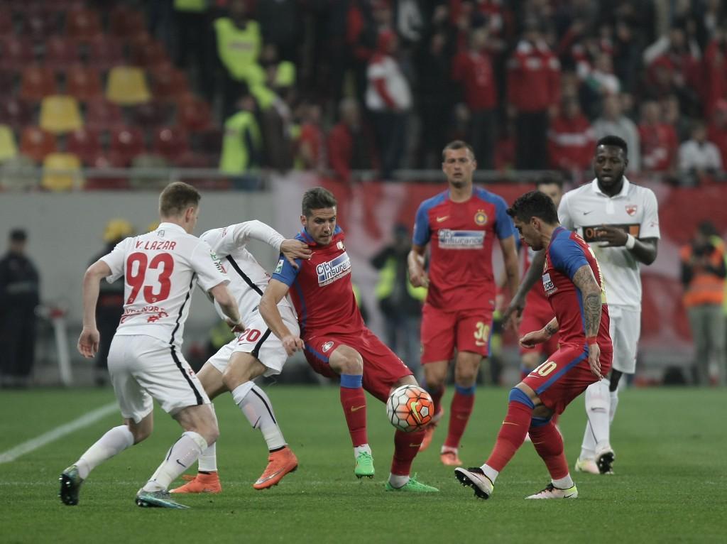 Steaua si Dinamo, doua echipe rivale din totdeauna s-au intalnit astazi, 20 aprilie 2016 in semifinalele Cupei Romaniei - Scorul actual este de 2 la 1 pentru Steaua, au fost date doua goluri intr-un minut.