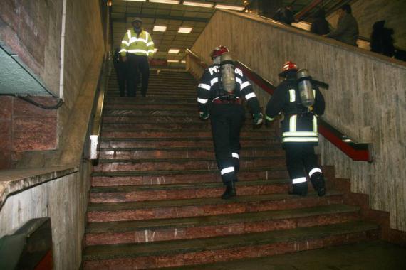 Un incendiu a izbucnit marti, 12.04.2016, la statia de metrou Piata Romana din Capitala, dupa o defectiune la un tablou electric.