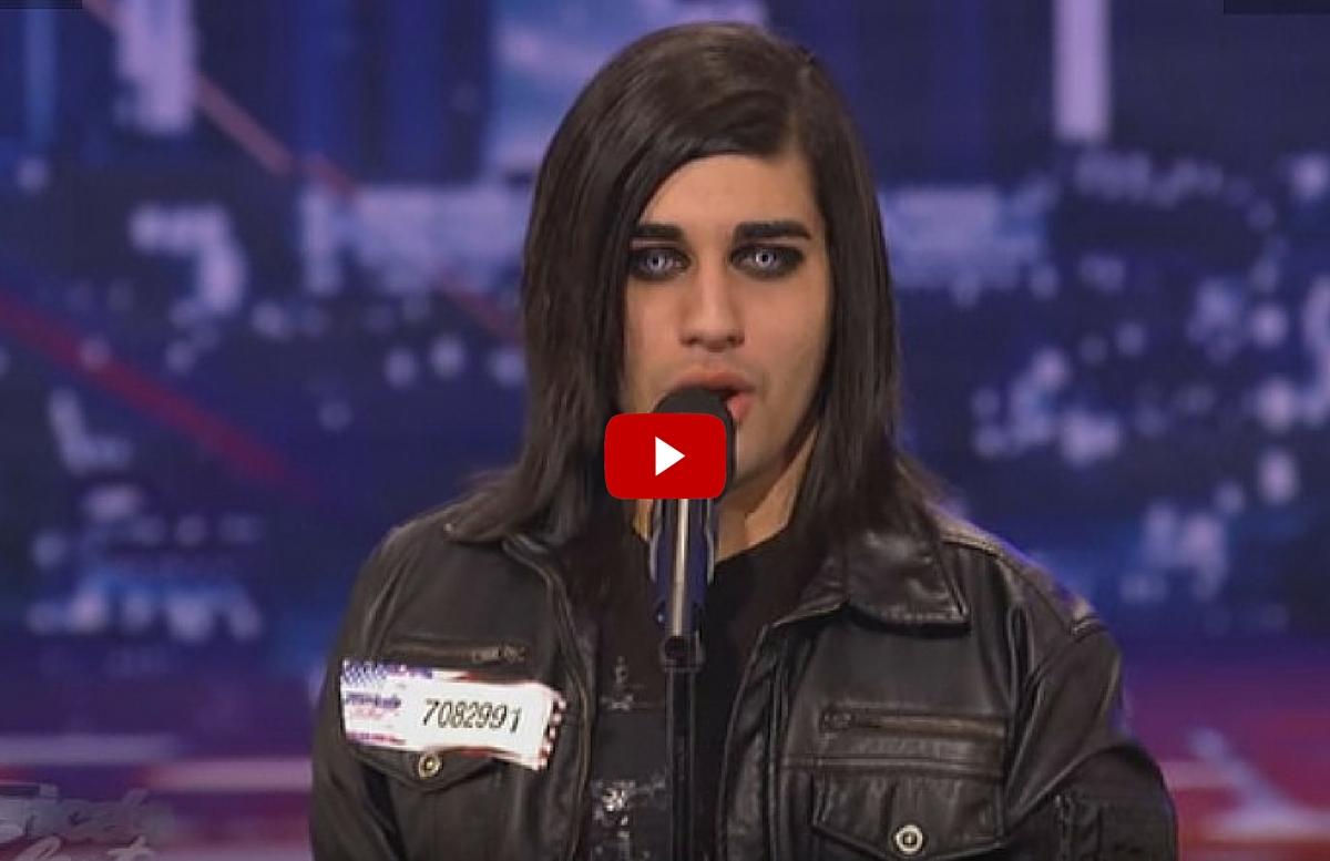 Un tanar de 19 ani, cu un look mai putin conventional, a uimit o sala intreaga la un concurs de talente cu vocea sa incredibila.
