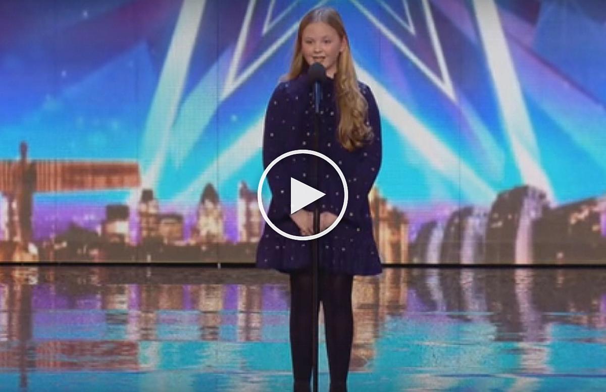 O fetita in varsta de doar 12 ani i-a lasat masca pe juratii de la un concurs de talente dupa ce a interpretat remarcabil o melodie foarte dificila.