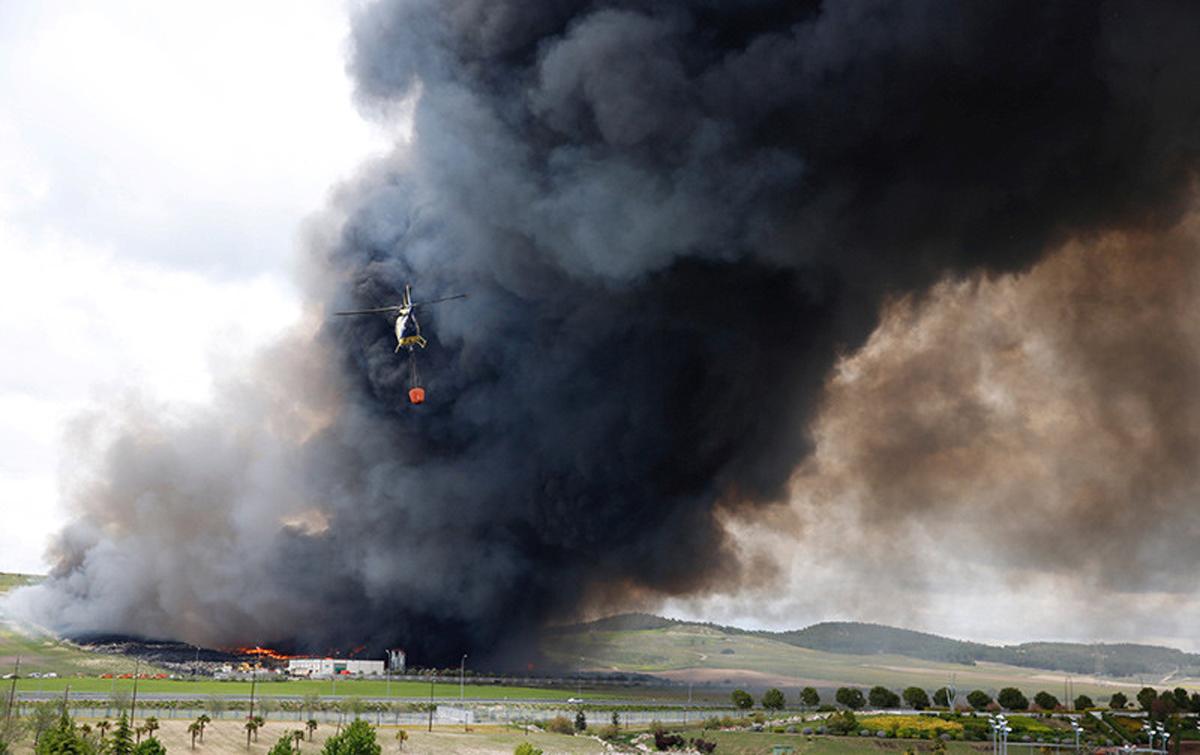 VIDEO. Incendiu periculos intr-un cimitir de pneumatice
