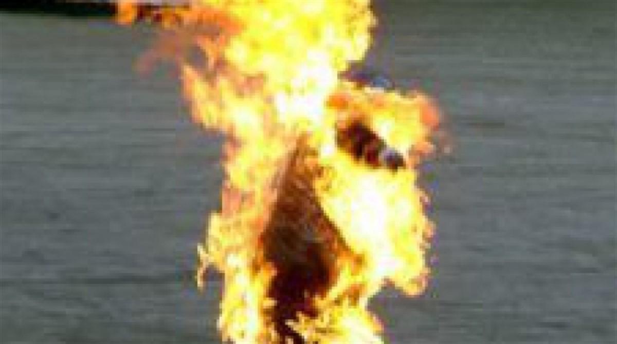 Un barbat in varsta de 66 de ani si-a dat foc in fata Guvernului, in semn de protest pentru ca statul il executa pentru o datorie la bugetul de stat.