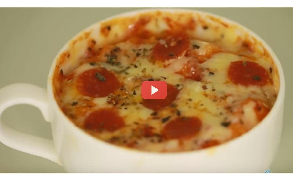 Daca vrei sa prepari un fel de mancare cu totul inedit, iti aratam aceasta reteta de pizza la cana, pe care poti sa o faci usor la microunde!