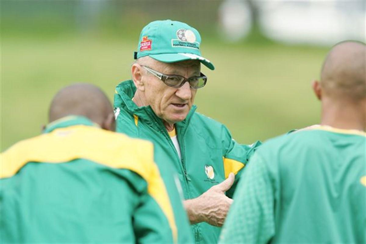 Antrenorul roman Ted Dumitru a murit la varsta de 76 de ani. Tehnicianul a scris istorie in fotbalul din Africa de Sud, unde a cucerit mai multe trofee.
