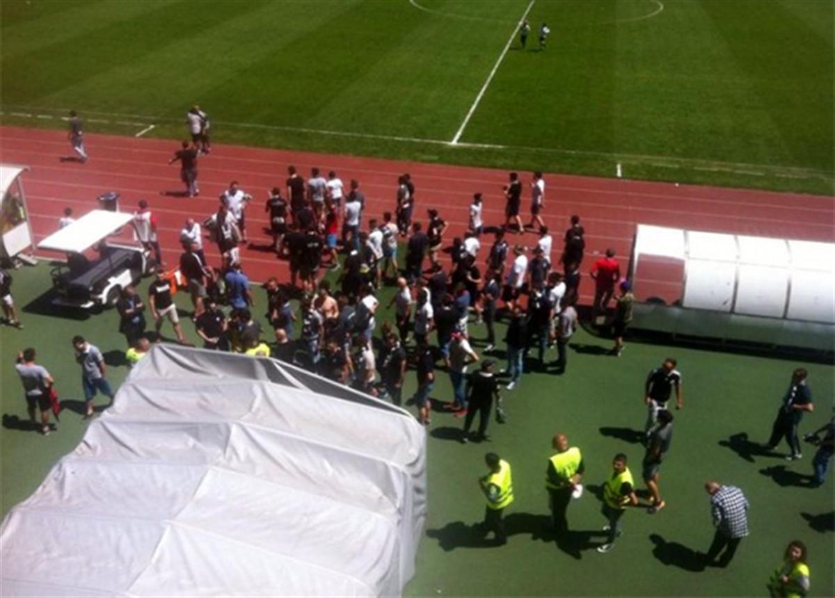 Incidente socante la Cluj Arena! Fanii lui U Cluj au sarit sa ii bata pe jucatori, furiosi pe rezultatul meciului cu Olimpia Satu Mare (scor 1-1).