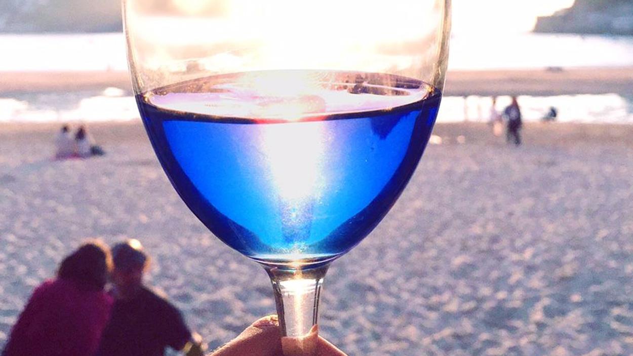 Totul despre vinul albastru electric, licoarea viitorului