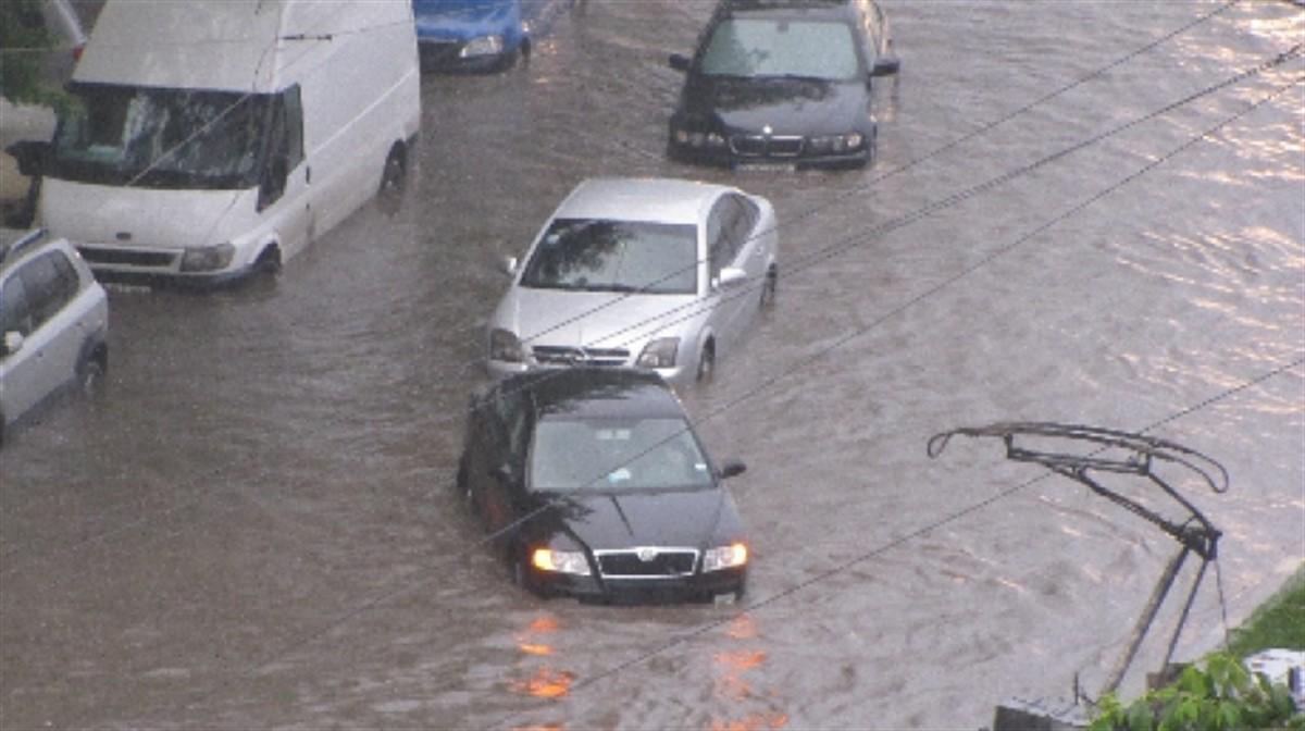 Inundatii in Bucuresti, miercuri, 29 iulie, dupa o ploaie torentiala de circa 15 minute care s-a abatut asupra Capitalei. Circulatia la metrou, intrerupta!