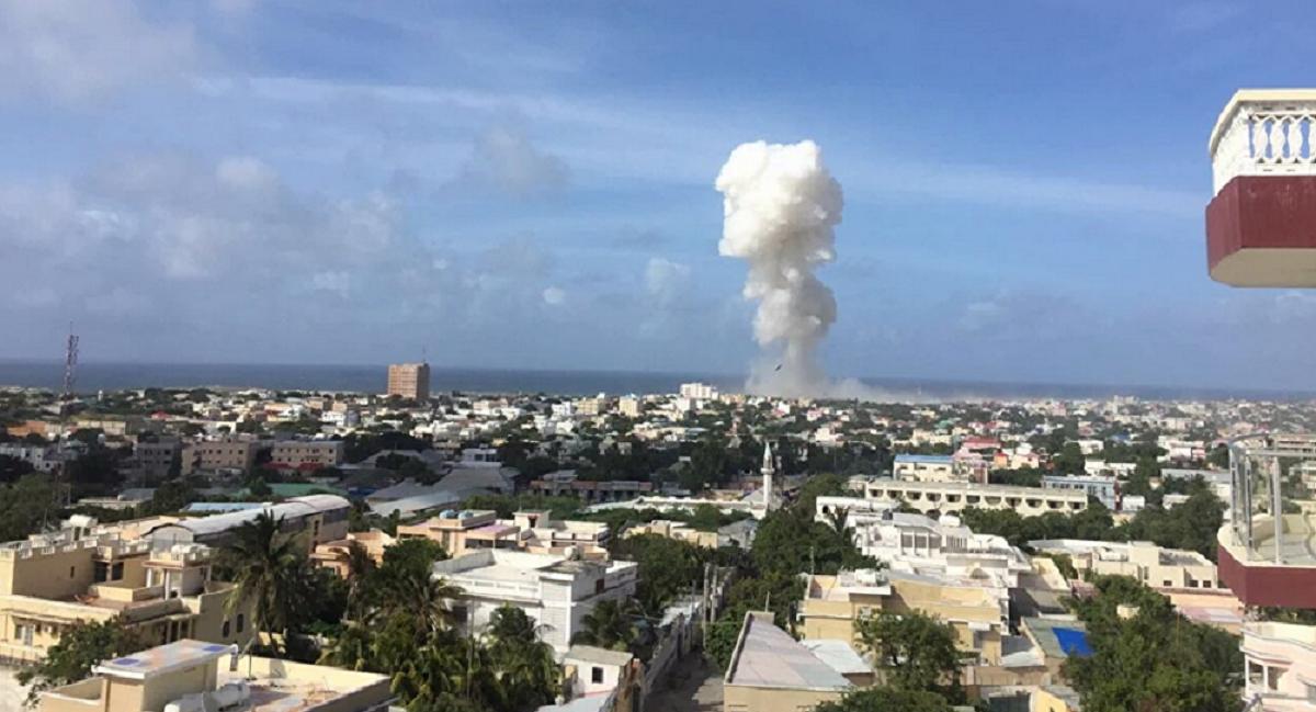 Explozii puternice si focuri de arma in apropiere de aeroportul internaţional Mogadishu, din Somalia, scrie AFP.