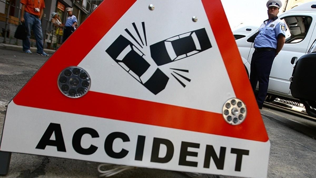 Un accident a avut loc vineri pe Podul Baneasa, la intersectia strazilor Nicolae Caramfil cu Alexandru Serbanescu. Traficul a fost blocat.