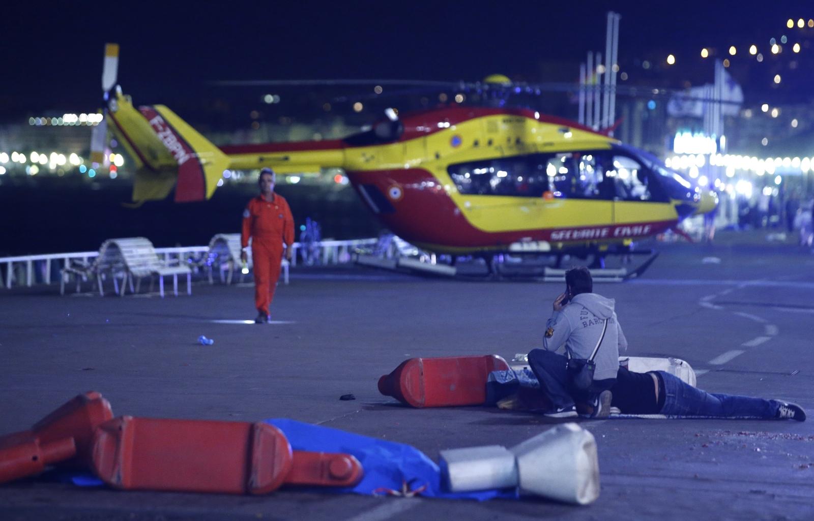 Trei persoane au fost retinute de politistii din Franta, dupa cumplitul atentat terorist din Nisa, soldat cu moartea a cel putin 84 de persoane.
