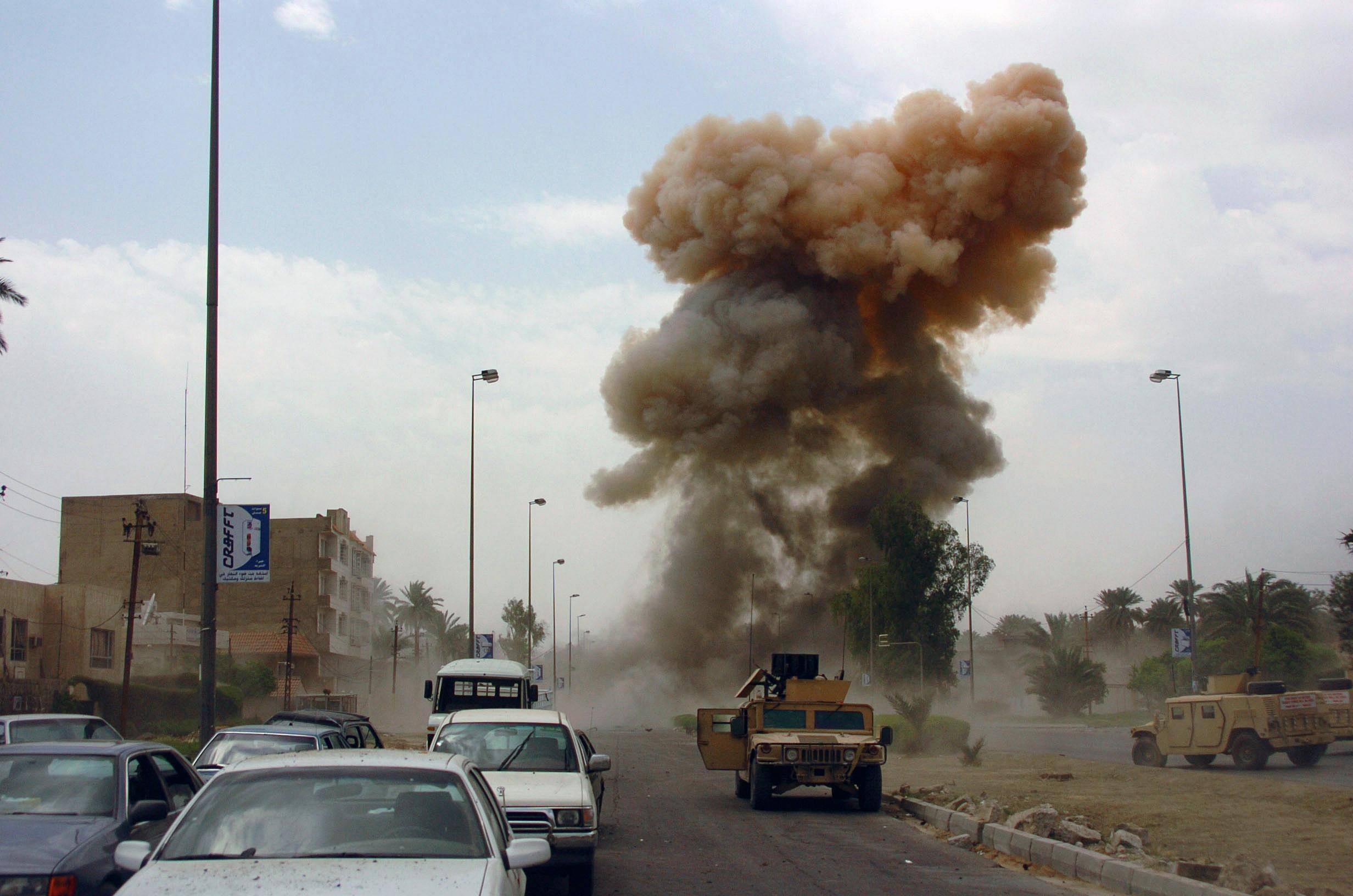 Un atentat terorist sinucigas soldat cu moartea a cel putin 12 persoane a fost comis duminica, in Bagdad, capitala statului Irak.