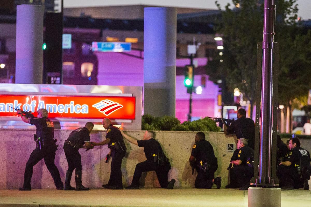 Un atac armat deosebit de grav a avut loc in Dallas. Mai multi politisti au fost impuscati de lunetisti, in timpul unei actiuni de protest.
