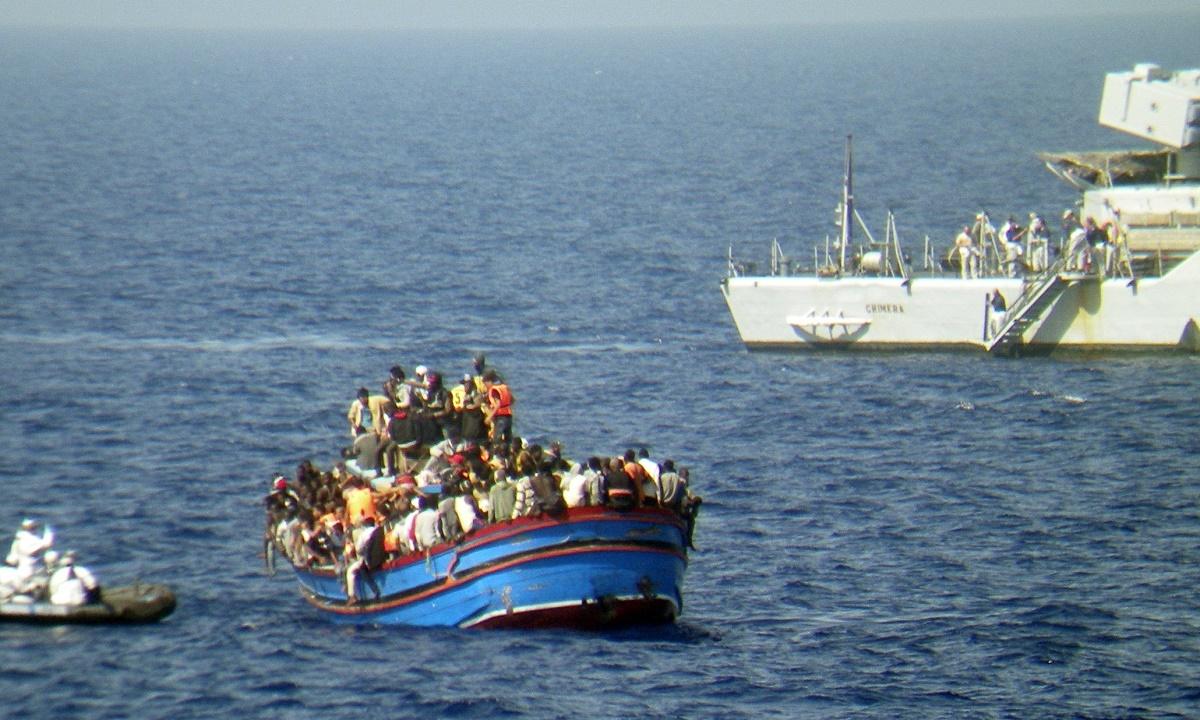 Minim opt oameni si-au pierdut viata dupa un naufragiu care s-a produs intre Malaezia si Indonezia.