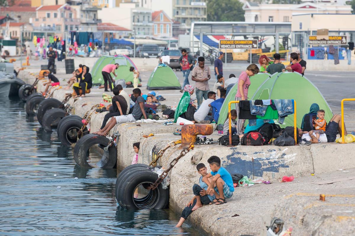 Peste 460 de migranti si refugiati au ajuns in 24 de ore pe insulele elene, un numar record in ultimele saptamani
