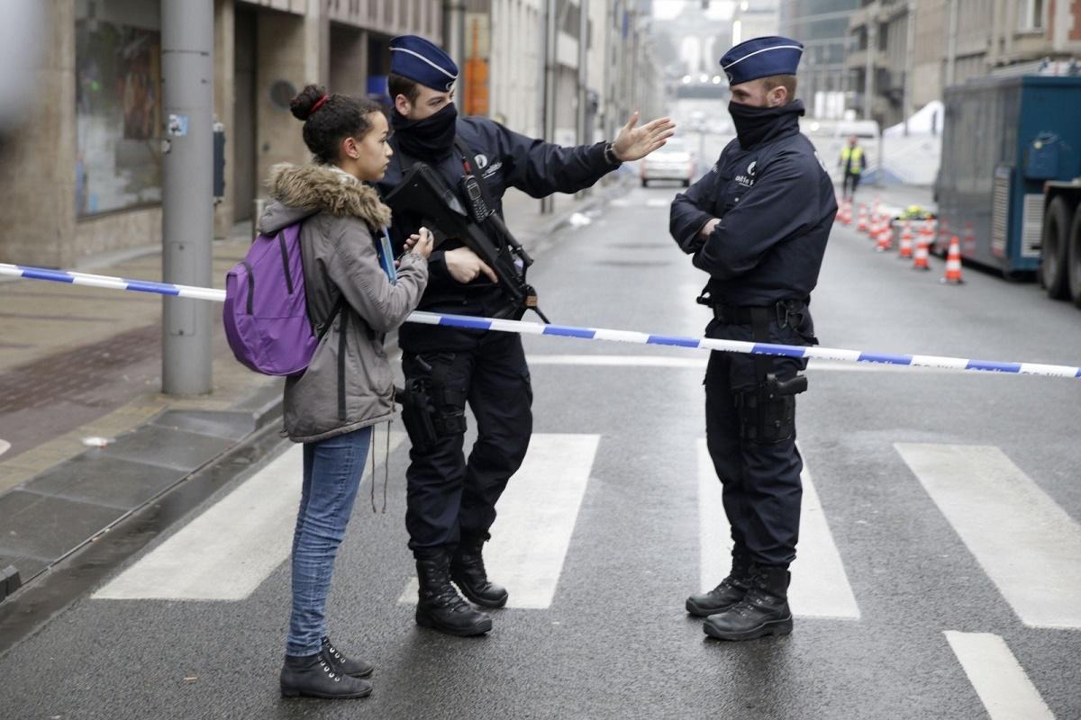 "Un atac cu arma alba a fost comis in Belgia, la Charleroi. Doi politisti au fost raniti de un individ cu o maceta, care ar fi strigat ""Allahu Akbar""."