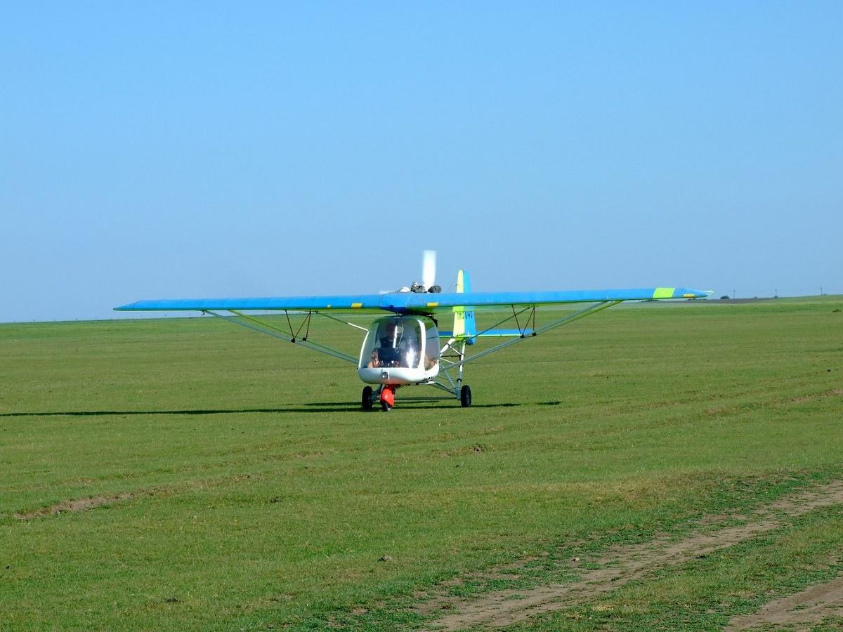 Un avion usor a aterizat fortat pe un camp din judetul Arges.