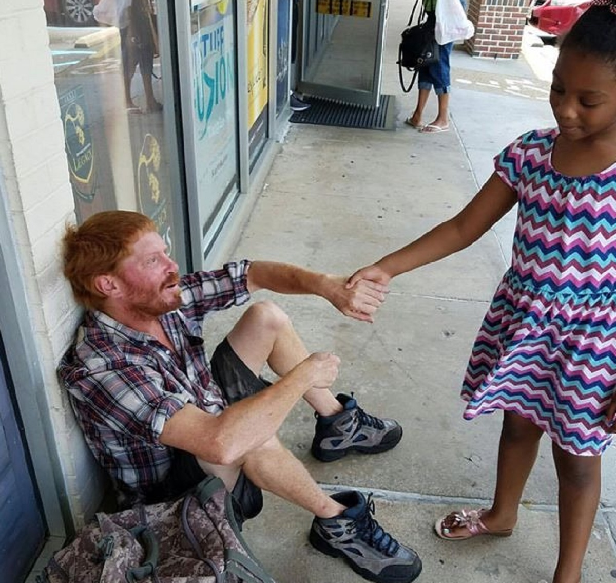 O fetita impresionata de un om al strazii care plangea a facut un gest care a uimit-o chiar si pe mama ei.