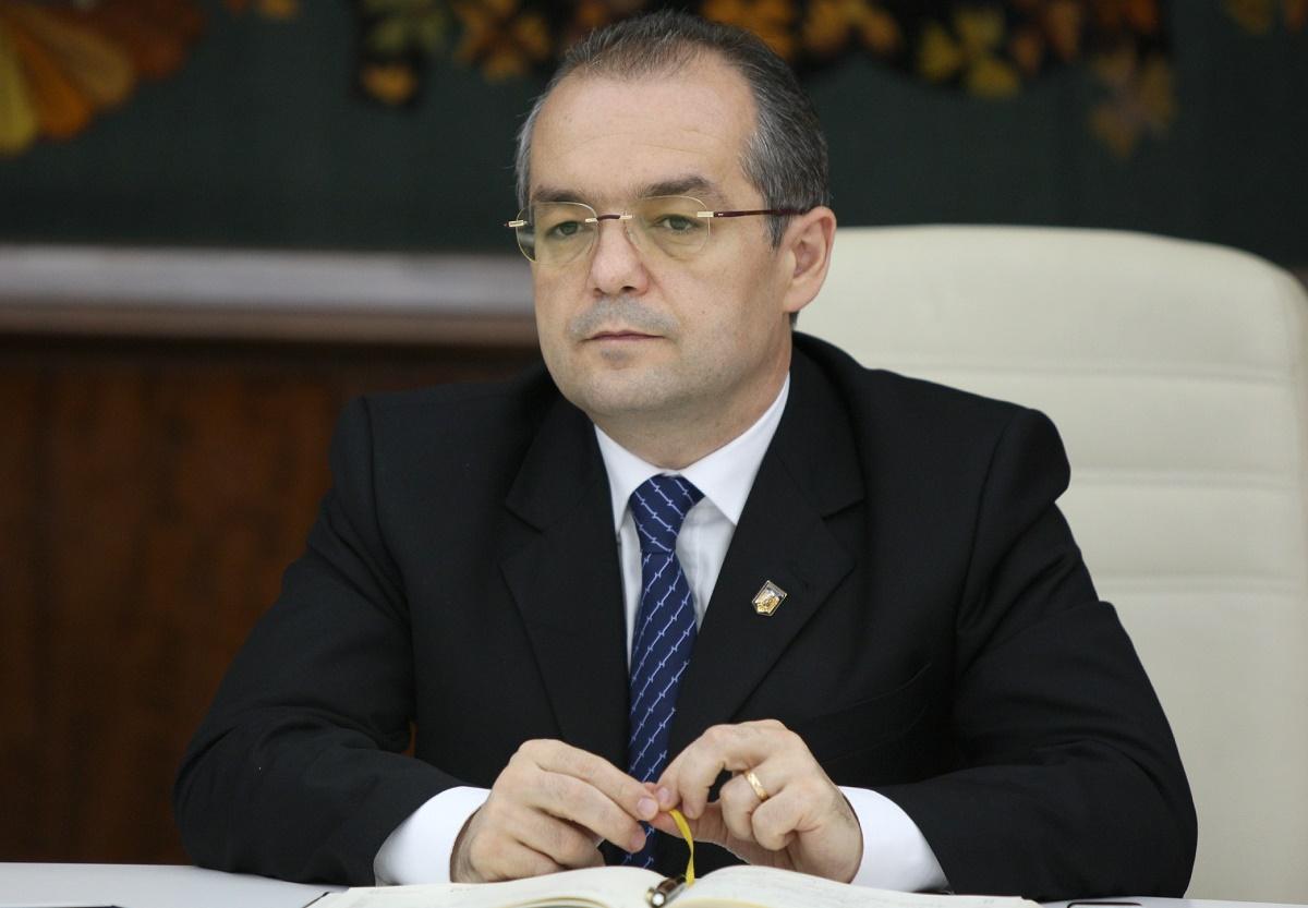 Primarul din Cluj-Napoca, Emil Boc, a jucat, miercuri, baschet cu presedintele Federatiei Romane de Baschet, Horia Paun