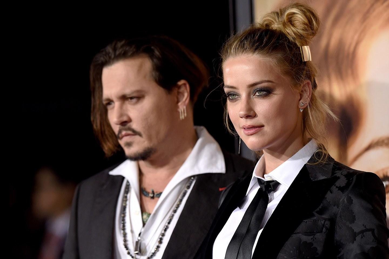 O filmare in care Johnny Depp apare in timp ce o agreseaza pe fosta sa nevasta, Amber Heard, a fost publicata pe Internet.