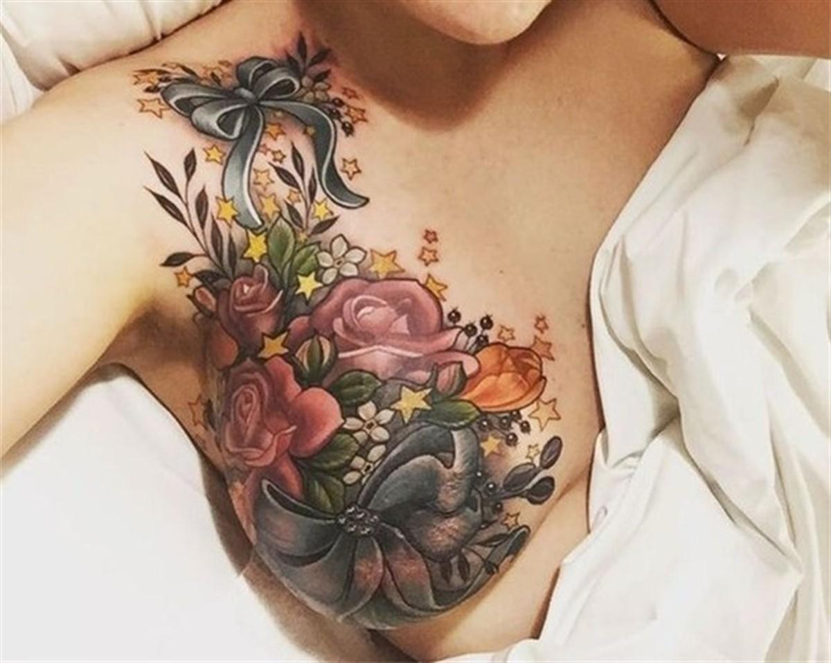 O tanara care a suferit o operatie de extirpare mamara si-a facut un tatuaj care a impresionat intreaga lume.