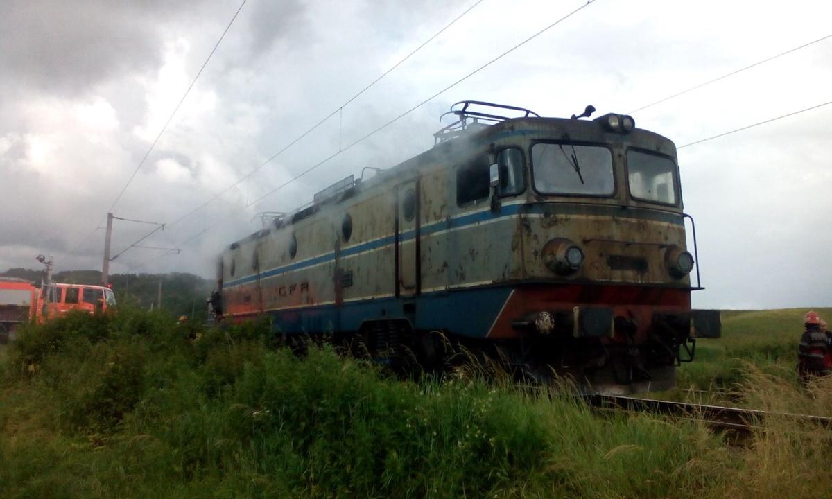 Un tren a luat foc pe ruta Marasesti - Buzau, in apropiere de localitatea Boboc. In jur de saizeci de calatori se aflau in trenul Regio 5110.