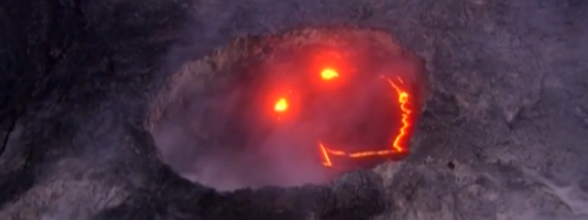 "Un vulcan care a erupt pe cea mai mare insula din Hawaii a format o ""fata zambitoare""."