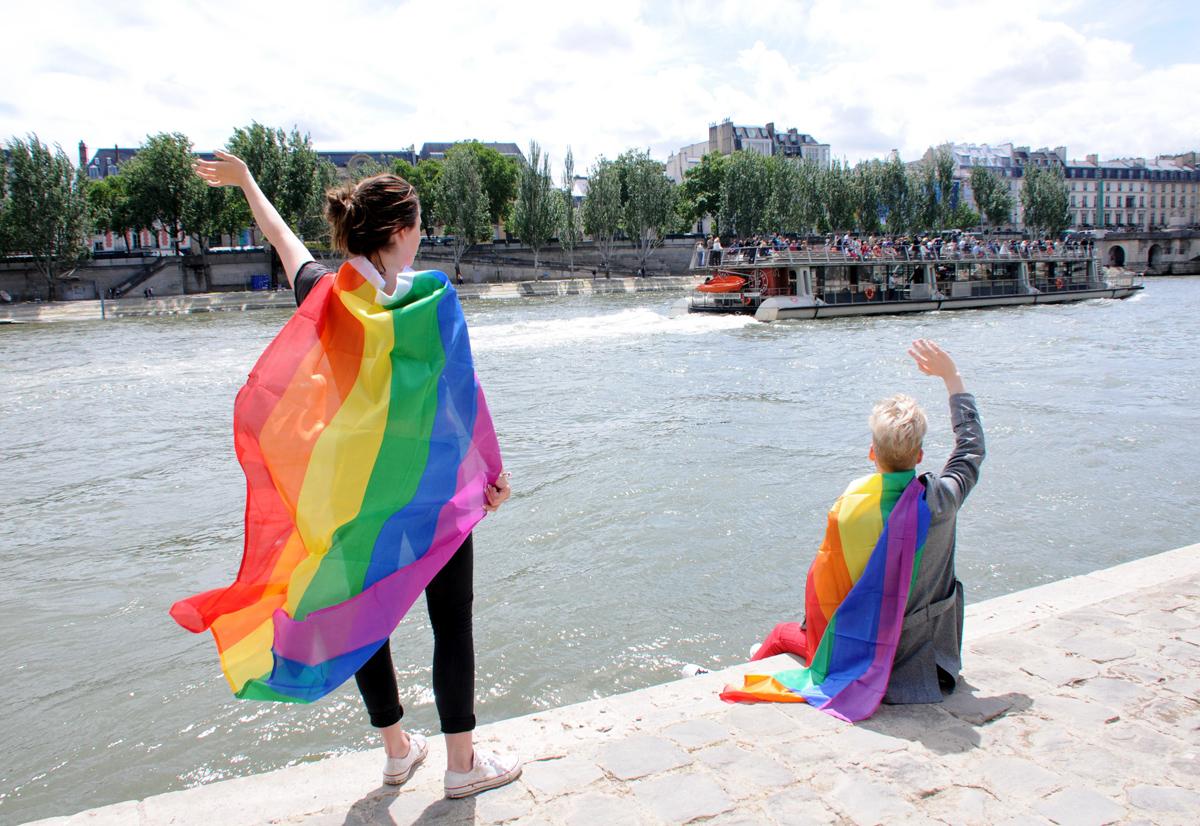 Mii de poliţişti sârbi au asigurat securitatea participanţilor la parada Gay Pride din Belgrad