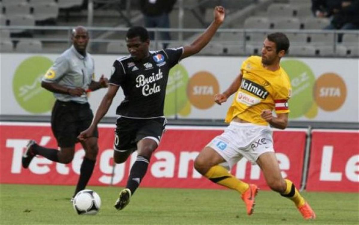 Fotbalistul Ben Idrissa Derme (Burkina Faso) a murit pe teren in timpul unui meci din turul trei al Cupei Frantei.