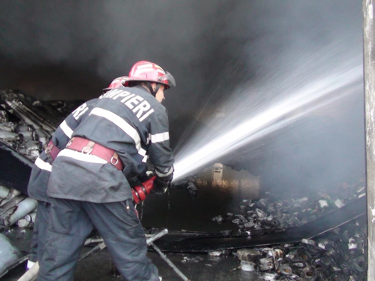 Incendiu in București, vineri, în jurul orei 14.00. O clădire situată pe strada Școalei din Capitală a fost cuprinsă de flăcări. Pompierii au intervenit!