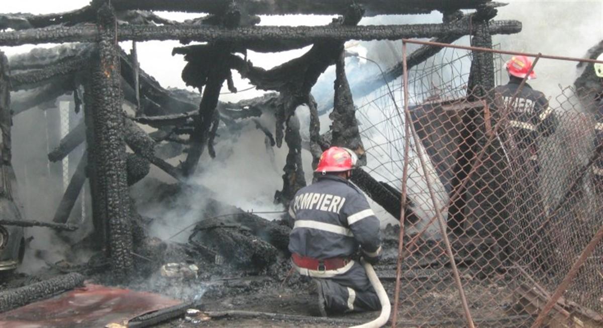 Un incendiu a izbucnit joi noaptea lângă spitalul din municipiul Petroșani.Focul a cuprins o anexă și un magazin de lemn.