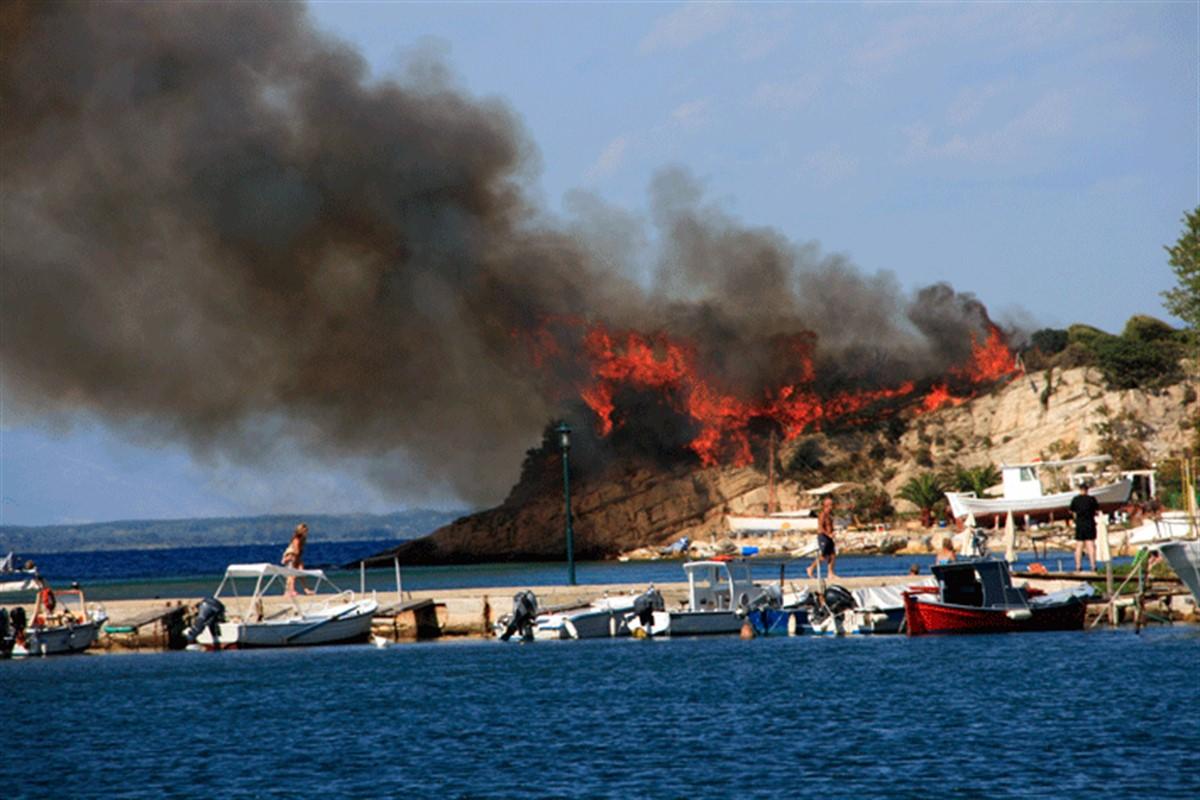 Insula Thassos din Grecia este afectata de incendii grave de vegetatie. Peste 300 de pompieri si de militari incearca sa stinga flacarile.