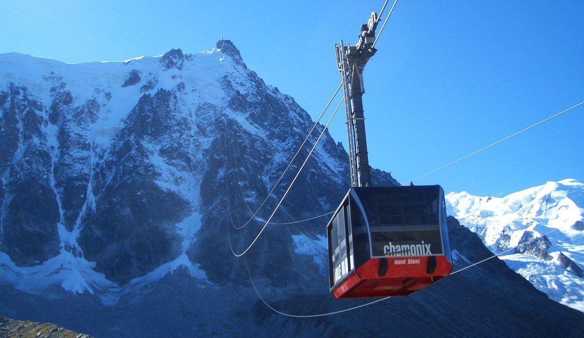 Peste 100 de persoane sunt blocate in telecabine, deasupra Mont Blanc, in Franta. Autoritatile au intervenit pentru a evacua oamenii.