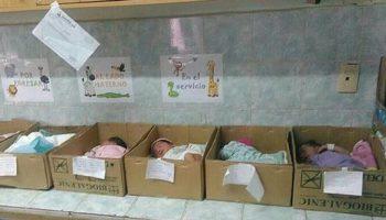 Imagini sfâșietoare cu bebeluși ținuți în cutii de carton, în spital