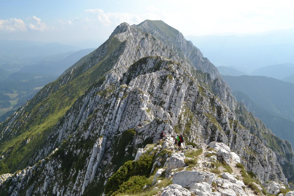 Un turist care facea o drumetie in Masivul Piatra Craiului s-a ranit grav la picior. Salvamontistii l-au coborat de pe munte.
