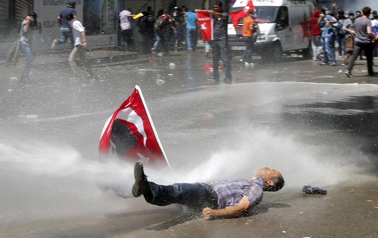 Politistii din Turcia au folosit un tun cu apa pentru a dispersa sute de profesori veniti la un protest in Diyarbakir, fata de suspendarea lor din functie.