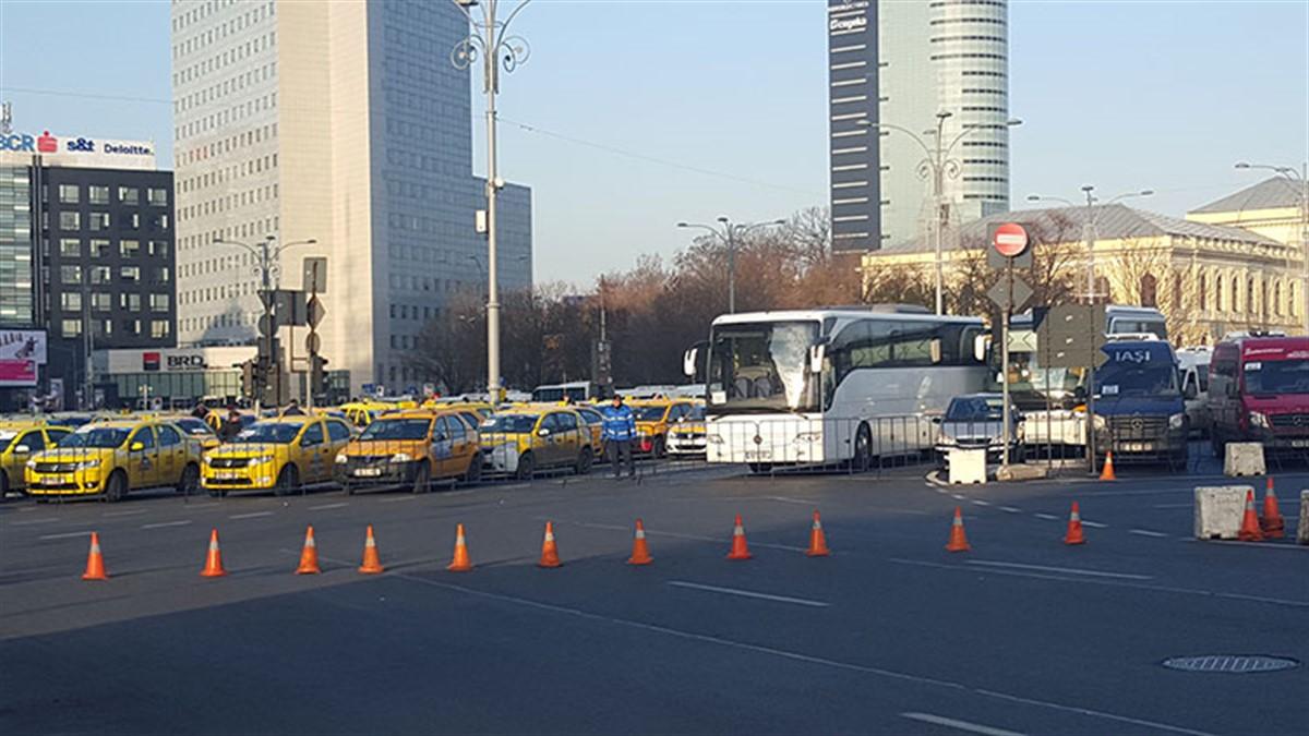 Reprezentanții a patru patronate de transportatorii rutieri participă joi, de la ora 9.00, la o acțiune de protest desfăsurată în Piața Victoriei.