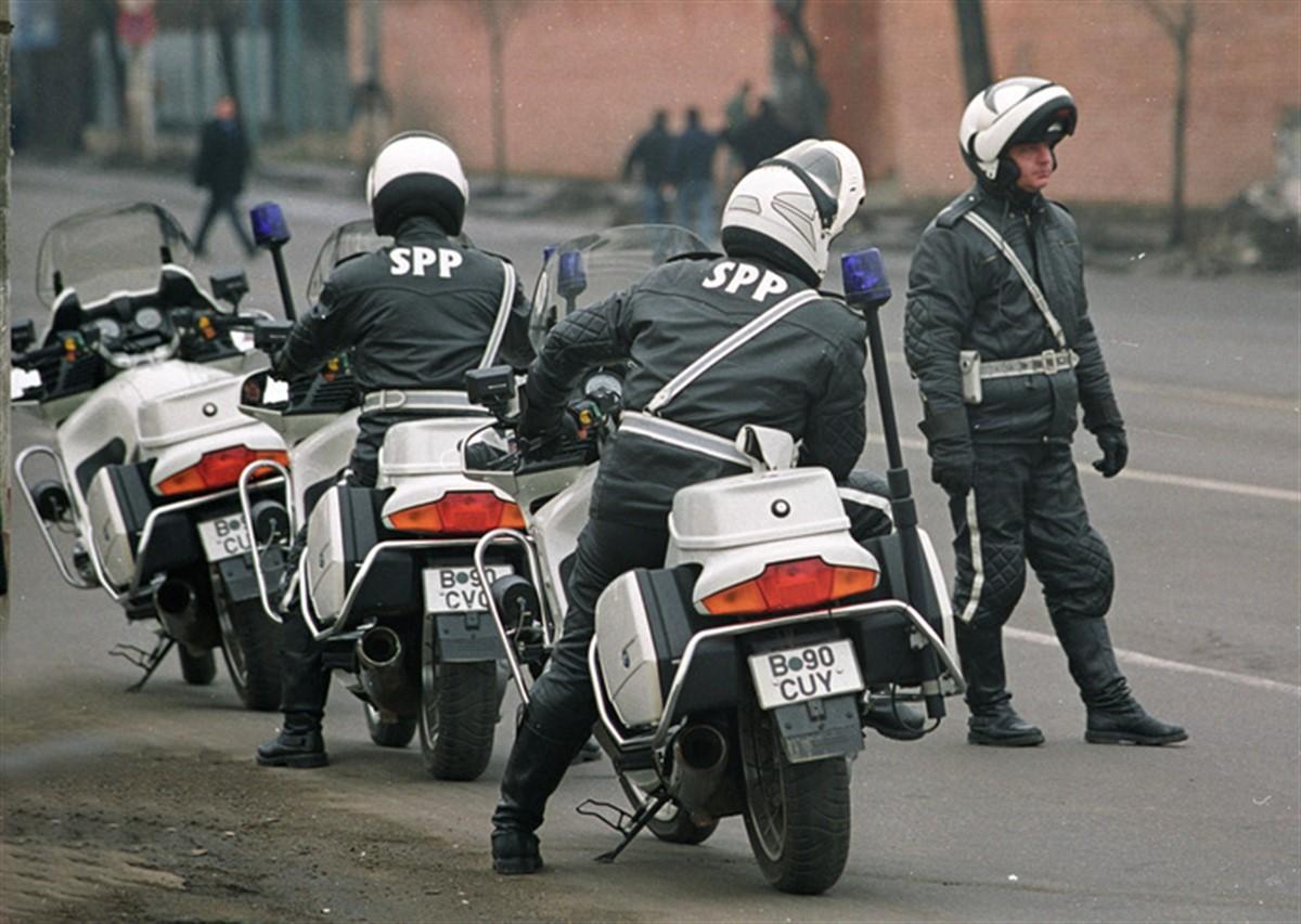 Un motociclist SPP, care facea parte din coloana oficiala a presedintelui francez Francois Hollande, a cazut dupa ce a derapat pe carosabilul umed.