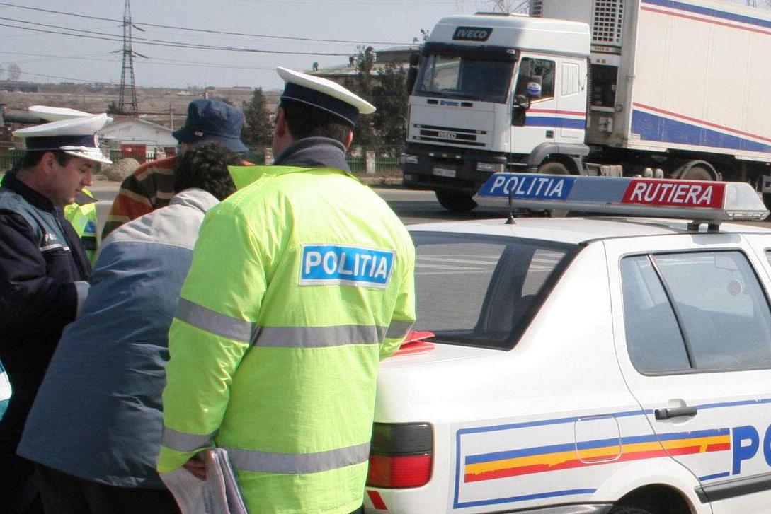 Un politist a fost oprit cu focuri de armă de Poliţie Rutieră