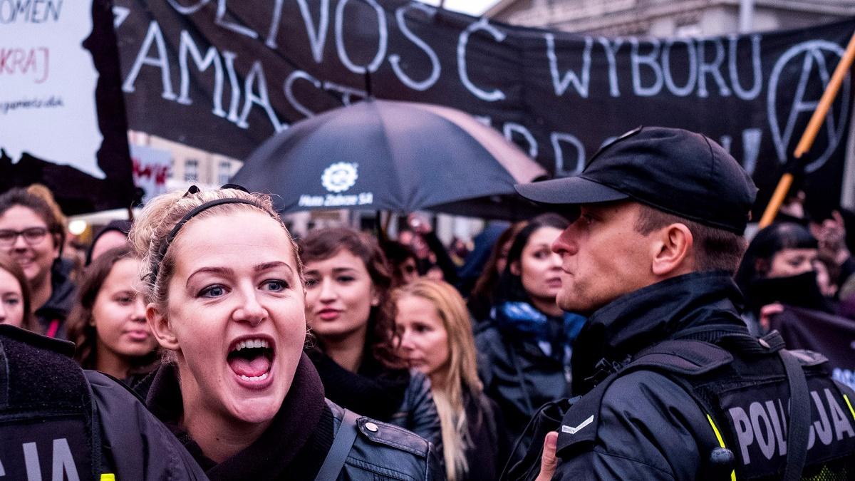 Legea care le interzicea femeilor din Polonia să facă avort a fost respinsă de o comisie parlamentară din Legislativul din Varșovia.