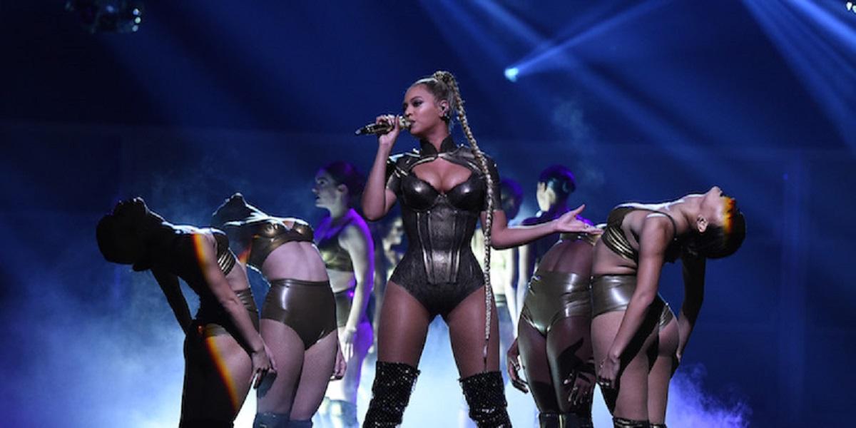 Beyonce s-a rănit în timp ce era pe scenă. Ce a făcut cântăreața când a văzut că sângerează