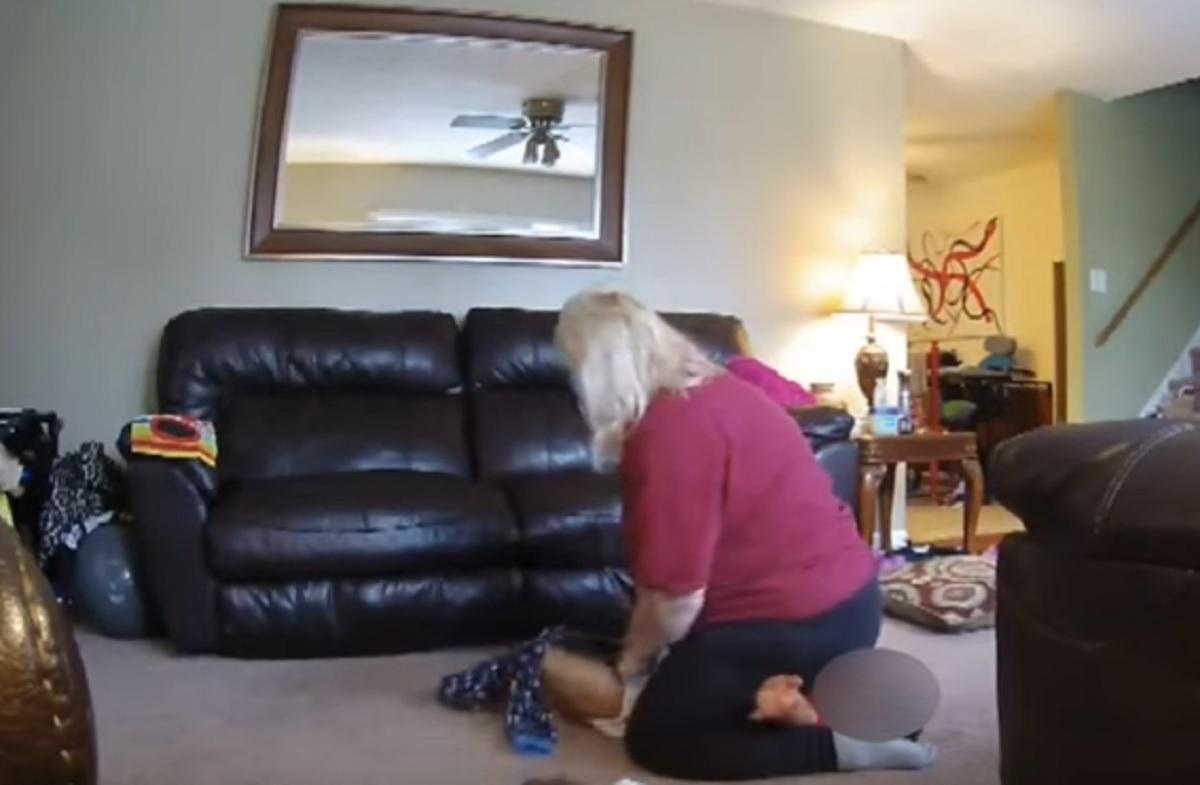 A montat o cameră video în casă. Când a văzut ce îi făcea bona copilului ei a rămas șocată