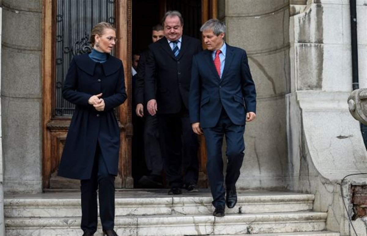 Premierul Dacian Cioloș discuta cu liderii PNL, la Palatul Victoria, pe tema programului de guvernare, spun surse liberale.