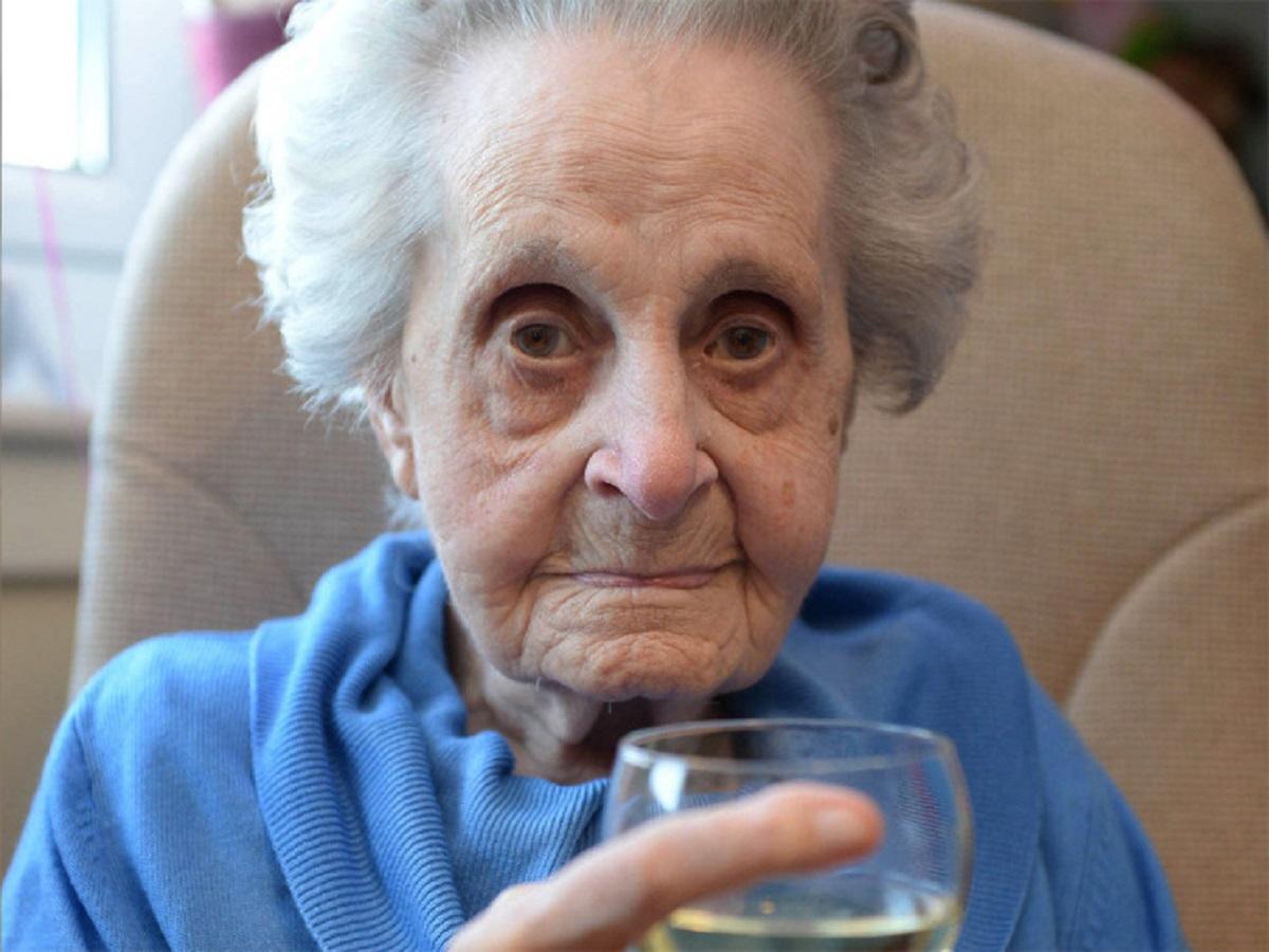 Are 102 ani și fumează un pachet de țigări pe zi. Care este secretul longevității