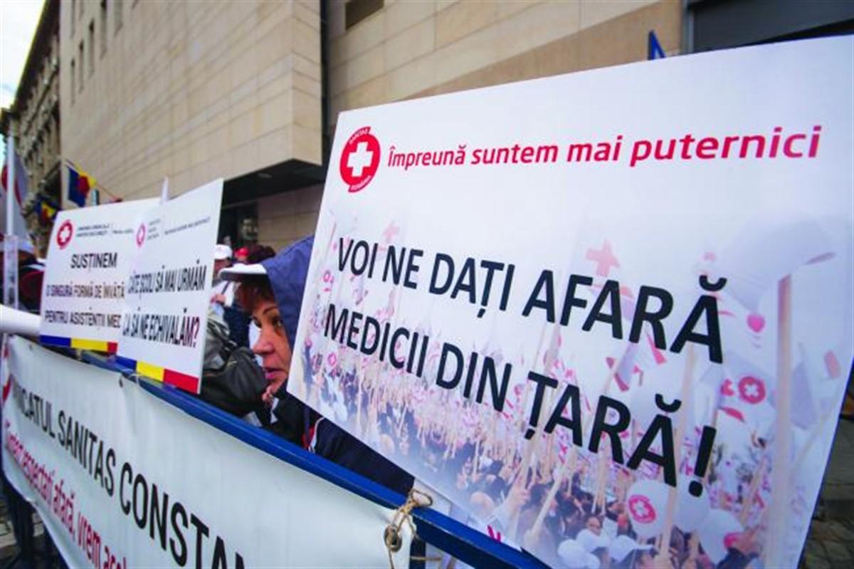Cadrele medicale au declanșat grevă în spitale, timp de două ore, miercuri. Medicii cer, printre altele o salarizare unitară corespunzătoare.